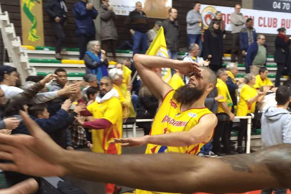 Le 12 novembre, les joueurs vichyssois saluent le public à l'issue du match gagnant contre Bourg en Bresse.