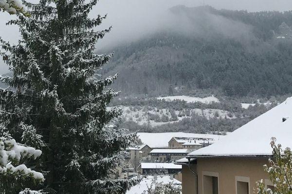 Mende sous la neige ce mercredi 8 novembre 2017.