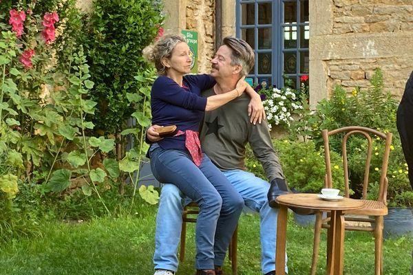 L'acteur joue avec sa compagne, également à la mise en scène