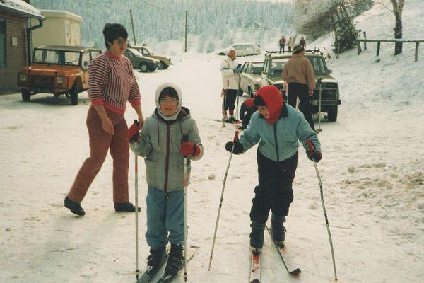 Sophie Parmentier avec sa soeur au bas des pistes, en 1986.