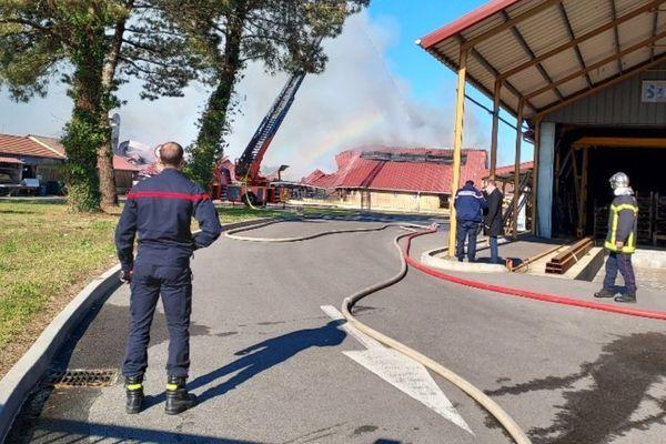 Le bâtiment de 400 m² (au fond) s'est effondré après avoir été ravagé par les flammes.