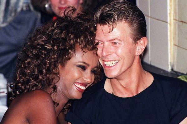 Le chanteur David Bowie, avec le mannequin Iman, en 1991, aux Bains Douches, à Paris.