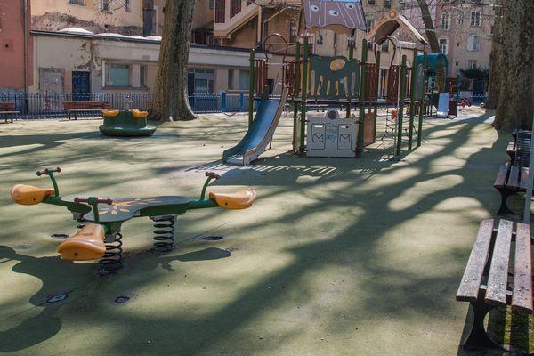 Le square du jardin de Ville, sans enfant pour y jouer.