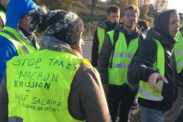 """Barrages filtrants des """"gilets jaunes"""", rond-point d'Armor à Nantes, le 19 novembre 2018"""