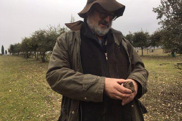 La truffière bio de Narcisse Perez à Sainte-Croix de Mareuil. Narcisse a fait de choix du bio il y a plusieurs années déjà, et la tendance actuelle lui donne entièrement raison. La filière veut désormais s'orienter vers cette reconnaissance supplémentaire. Photo France 3 Périgords - Philippe Niccolaï