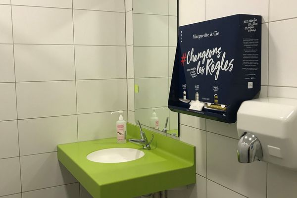 Un distributeur de protections périodiques gratuites a été installé dans les locaux du service de santé universitaire à Strasbourg