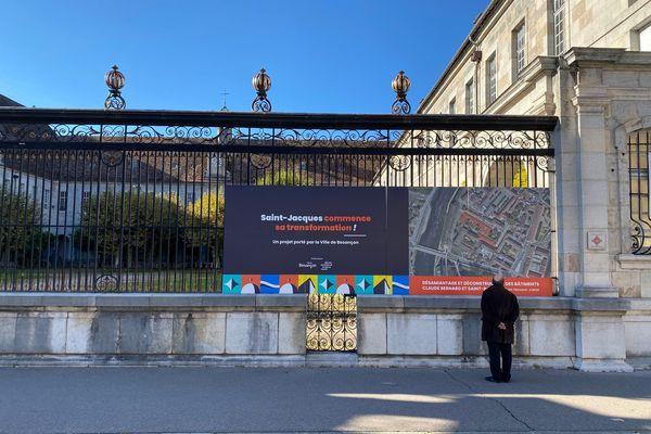Les panneaux pour le nouveau projet Saint-Jacques, installés sur la grille de l'édifice qui n'a toujours pas trouvé preneur. / © Pascal Sulocha - France Télévisions