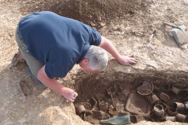 La gourmette a été retrouvée en 2014 au fond d'un trou d'homme près d'une fosse de protection d'une pièce d'artillerie du 6th Field Regiment, RCA.
