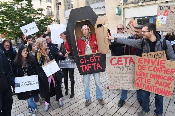 Des manifestants écologistes ont protesté samedi 15 octobre à Dijon contre la signature des traités de libre-échange avec le Canada et les États-Unis.