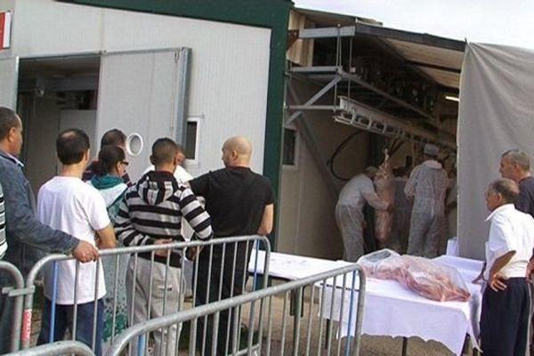 Les musulmans font la queue devant les abattoirs de Baillargues pour récupérer le mouton en ce jour d'Aïd EL Kébir