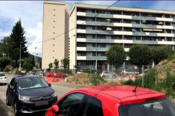 C'est dans ce groupe d'immeubles de la , rue Pauline Borghèse à Aix-les-Bains (Savoie) où la police antiterroriste avait perquisitionné dnas la nuit du mardi 26 au mercredi 27 juillet 2016. C'est que vit la famille du second assaillant de l'attentat de St Etienne du Rouvray.