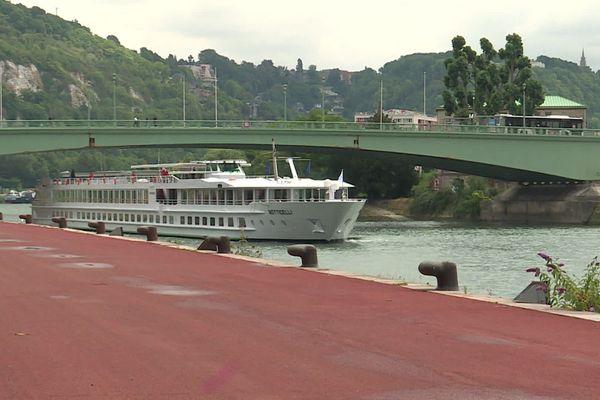 Juillet 2020 : venant de Paris, un bateau de croisière arrive à Rouen