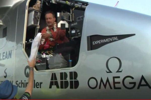 André Borschberg a largement battu le précédent record mondial de vol en solitaire établi en 2006 par Steve Fossett, qui avait volé pendant 76 heures et 45 minutes (un peu plus de trois jours).