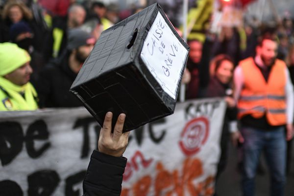 Les 33 jours de grève contre la réforme des retraites commencent à coûter cher aux grévistes. A Clermont-Ferrand, les grévistes de la SNCF redoutent la paie du mois de janvier.