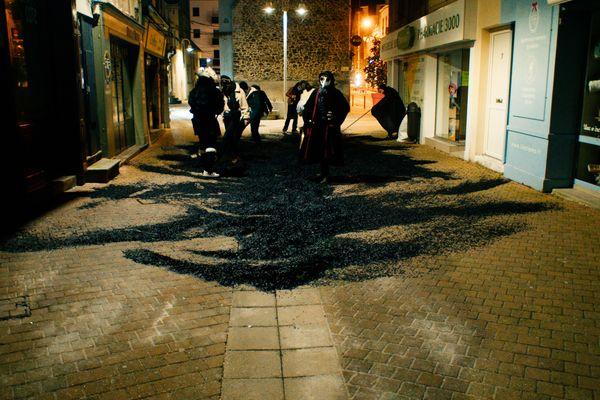 """Masqués, ils ont bravé le couvre-feu pour cette action """"poétique"""", selon leurs revendications."""