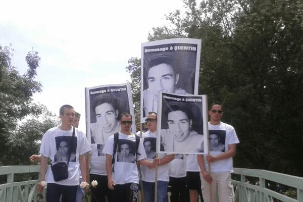 Tous les participants à la marche blanche portent un tee-shirt avec la photo de Quentin.