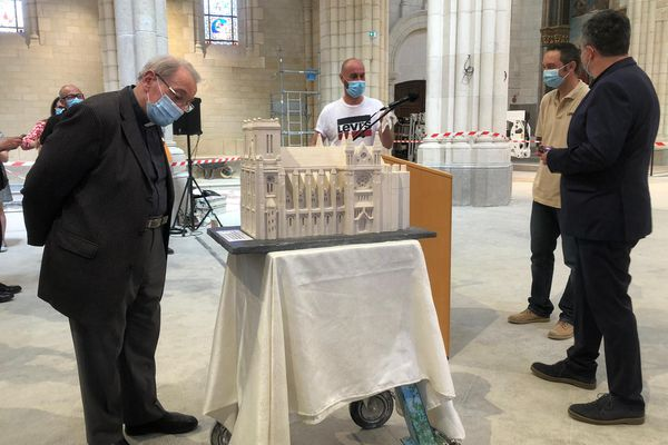 """Monseigneur Bonnet, curé de la paroisse Saint-Donatien, récupère une basilique """"comme il ne l'avait jamais connu""""."""