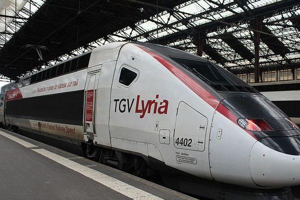 Un TGV Lyria dans le hall 1 de la gare de Lyon à Paris.
