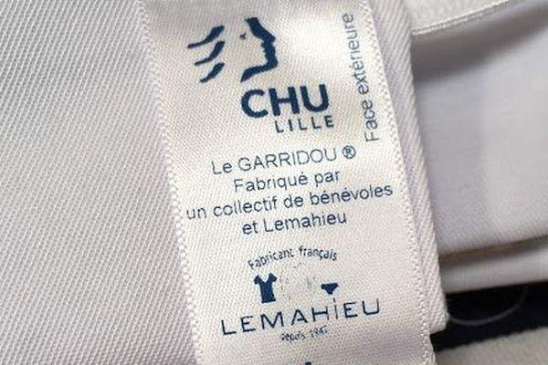 Cette étiquette fournie dans les kits d'assemblage garantira la conformité du masque.