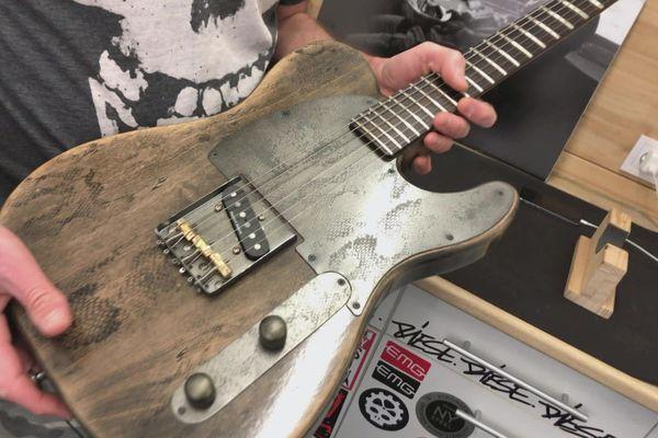 La dernière née de l'atelier de Jean-Yves Ducret : une guitare forme américaine standard, avec sa touche personnalisée, qui mêle acier gravé et impression sur le bois.