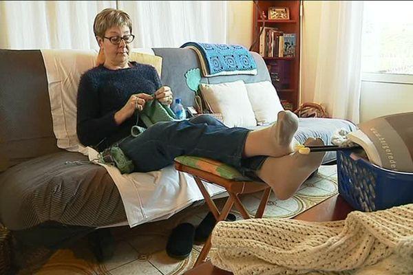 Atteinte de polyarthrite rhumatoïde depuis 9 ans, Maryvonne Barnique a aujourd'hui du mal à tricoter.