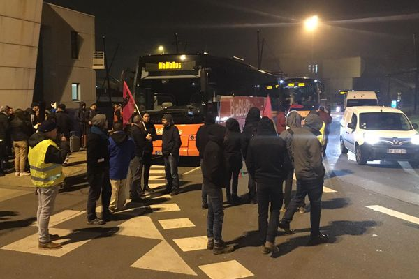 """Des manifestants bloquaient le départ des """"cars Macron"""", à Brest, lundi 30 décembre."""