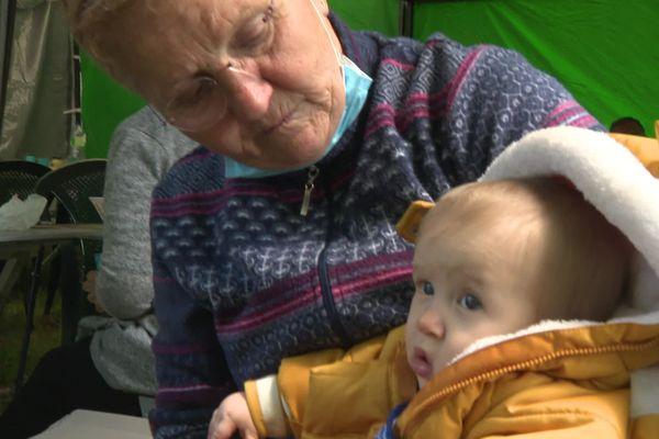 Marie découvre son arrière-petit-fils lors d'une cousinade dans un camping de haute-Vienne