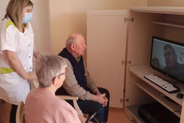 Dans les EHPAD, des vidéotransmissions sont organisées avec les familles des résidents pour maintenir le contact malgré le confinement.
