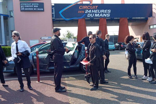 Les précaires de la restauration événementielle se sont rassemblés ce matin aux portes du circuit du Mans.