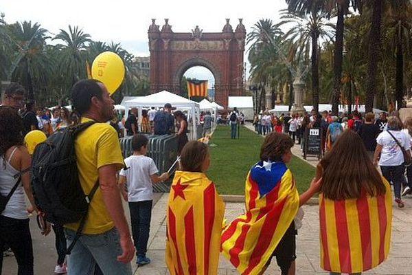 Barcelone (Espagne) - avant la manifestation, les Catalans se réunissent place de l'arc de triomphe - 11 septembre 2015.