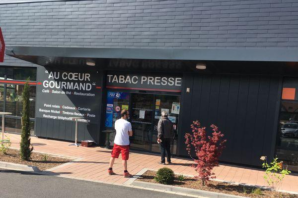 La queue devant le bureau de tabac de Seebach dans le Bas-Rhin, une image récurrente