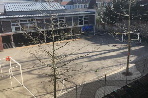 Cour déserte dans cette école de Besançon