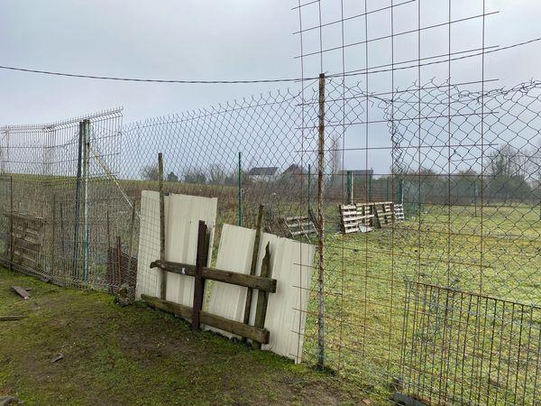 Le grillage de ce pré situé à Leforest, dans le Pas-de-Calais, a été arraché en février 2021.