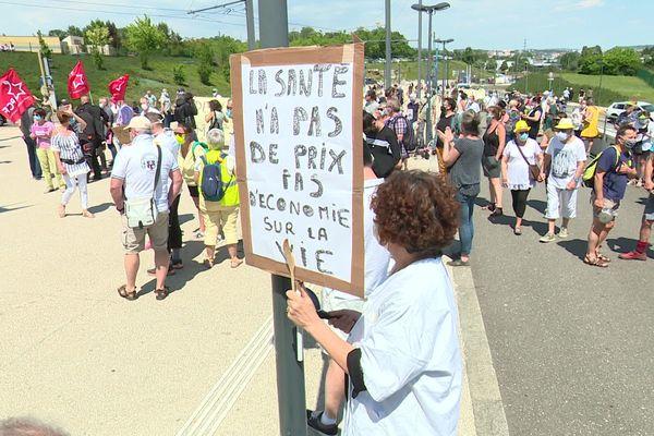 Ils étaient près de trois-cent manifestants ce jeudi après-midi devant le CHU Minjoz.