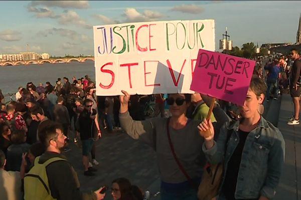 """""""Justice pour Steve"""", était-il écrit sur les panneaux de ces manifestants, à Bordeaux, mardi 30 juillet."""