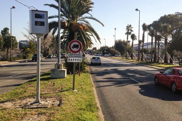 Le nouveau radar est installé sur la chaussée Sud près de l'aéroport de Nice.