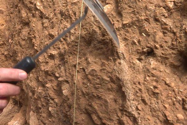 La bande blanche verticale à la pointe de l'instrument serait une trace d'une activité sismique antérieure