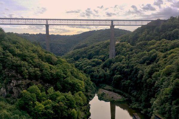 Avec ses 470 mètres de longueur et ses 133 mètres de hauteur, le viaduc ferroviaire des Fades, dans le Puy-de-Dôme, était le plus haut pont du monde, plus haut que celui de Garabit, au moment de sa construction.