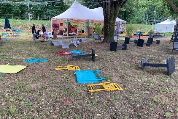 A Brive Festival, les concerts sont annulés ce vendredi 23 juillet à cause de la météo. En prévision des rafales de vent, le mobilier a été couché à terre pour éviter les accidents.