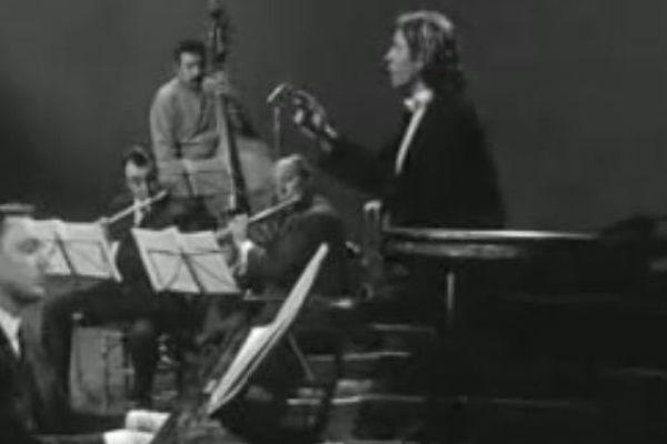 Marcel Azzola au piano lors de l'enregistrement de Vesoul avec Jacques Brel