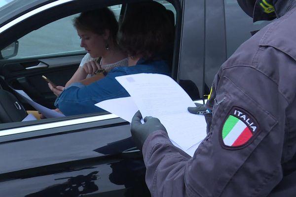 Les carabiniers italiens barrent la route aux frontaliers, estimant qu'il y a trop de comportements irresponsables.