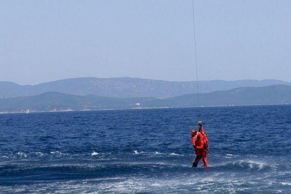 Le skipper en cours d'hélitreuillage