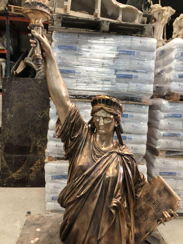 La nouvelle statue de la Liberté, à la sortie du coulage, aux ateliers Chapon