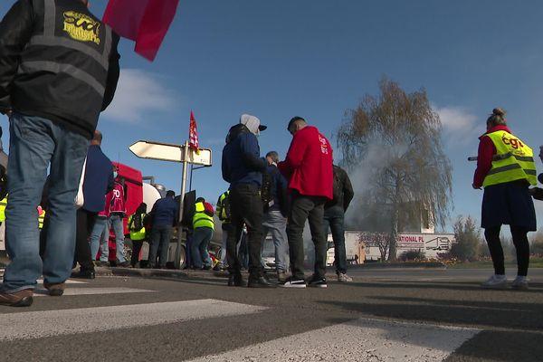 Les salariés de MBF manifestent devant l'usine Stellantis de Sochaux.