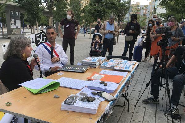 François Ruffin et des militants de la coordination Stop 5G, mercredi 2 septembre, devant la gare Part-Dieu de Lyon.