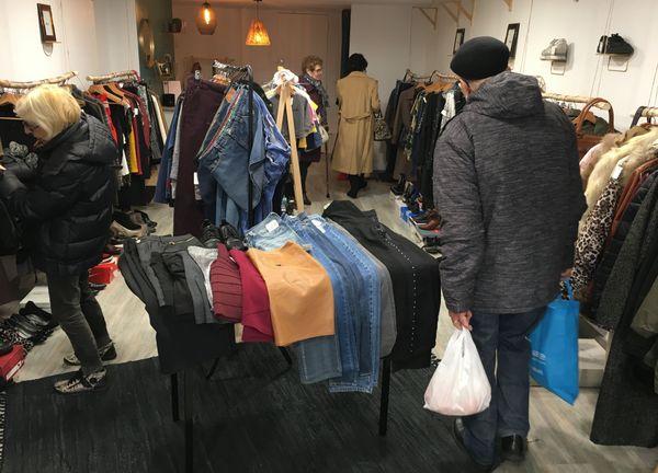 Une nouvelle vie pour de beaux vêtements d'occasion, c'est l'assurance que propose ce concept de vente en boutique