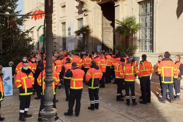 Une centaine de pompiers du Vaucluse étaient présents en soutien à leurs collègues agressés