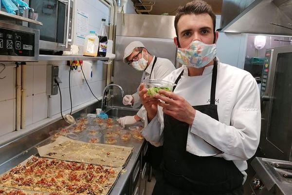Pendant le confinement, certains restaurateurs participent à la confection de plats pour les personnels du CHU. Ici Mathias Martin de l'Auberge Le Centre Poitou (premier plan) et Antoine Barbou (au fond) du Bois de la Marche.