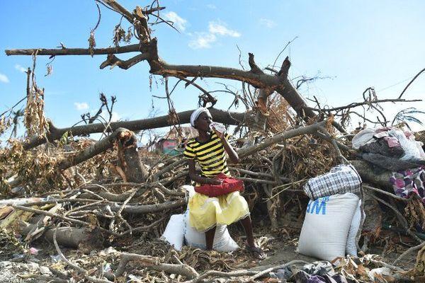 Une sinistrée de l'ouragan Matthew en Haïti vient de recevoir de l'aide alimentaire de l'ONU, ce jeudi 13 octobre 2016, à Roche-à-Bateaux.
