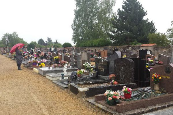Les habitants sont venus au cimetière constater les dégradations et vérifier si les tombes de leurs proches sont concernées.